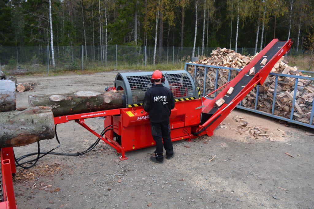 Kombinovaný procesor Hakki Pilke Combi na zpracování palivového dřeva
